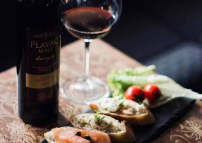 Fotografija vina u vinskom podrumu